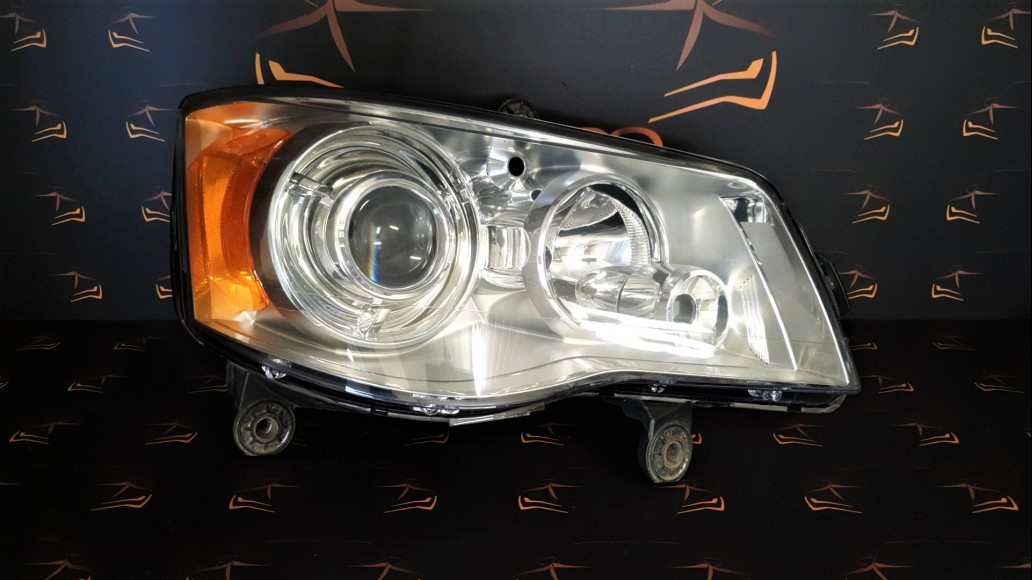 Chrysler Grand Voyager (2008–2015) right headlight